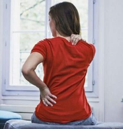 Seorang wanita menghadapi masalah sakit belakang badan